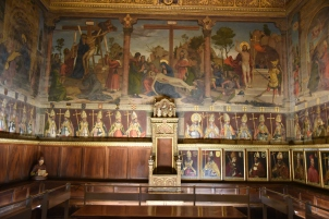 The chapel house is where painints of Mary's life are above those of all the bishops of Toledo. The first two, who participated in the Reconquest, are to the left of the throne.